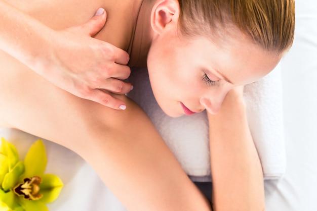 Frau, die wellnessmassage im badekurort hat