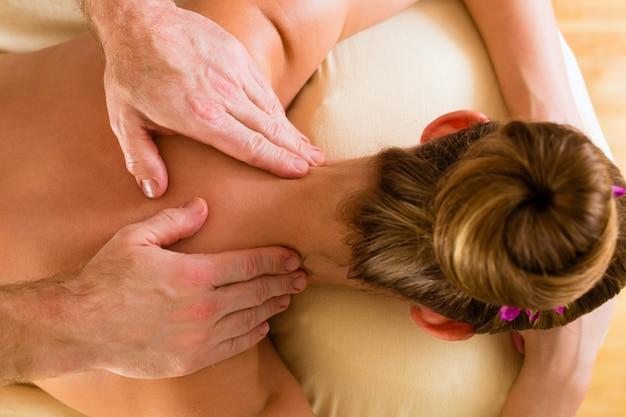 Frau, die wellnessrückenmassage genießt