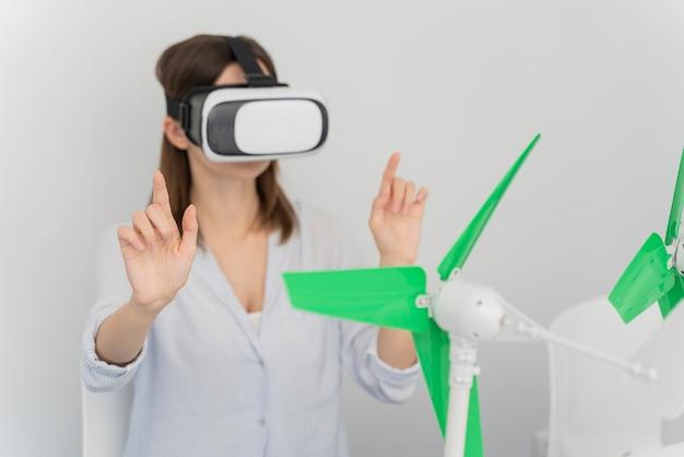 Frau, die windenergie im stil der virtuellen realität erneuert