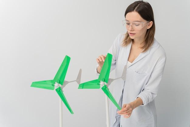 Frau, die windenergieinnovation zeigt