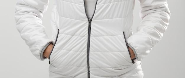 Frau, die winterkleidungsporträt trägt