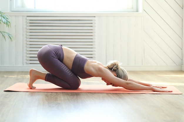 Frau, die yoga-aktivitäten auf dem boden tut