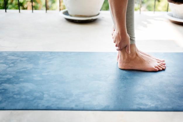 Frau, die yoga auf einem balkon praktiziert