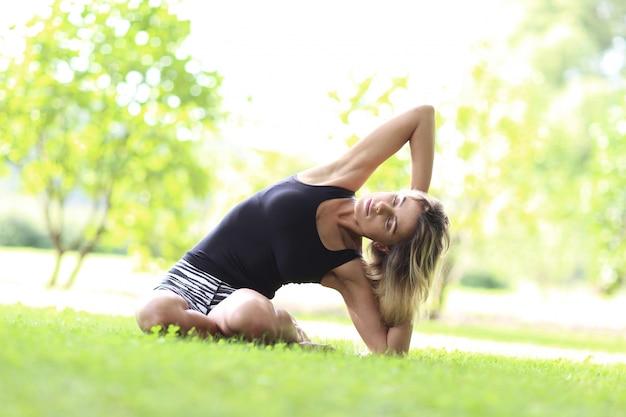 Frau, die yoga im freien praktiziert