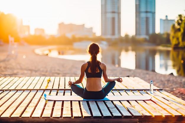 Frau, die yoga im sommer im freien tut