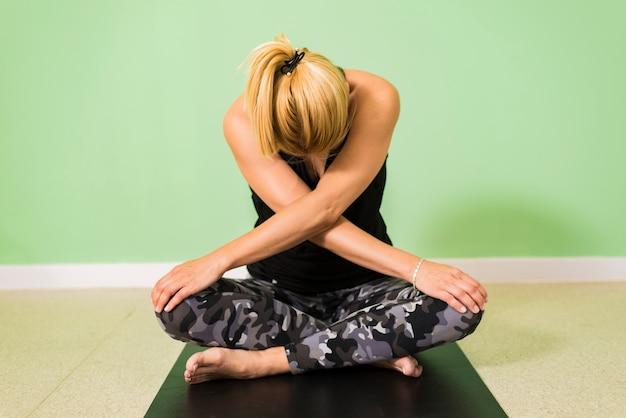 Frau, die yoga im studio tut