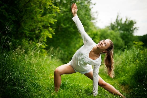 Frau, die yoga in der natur praktiziert