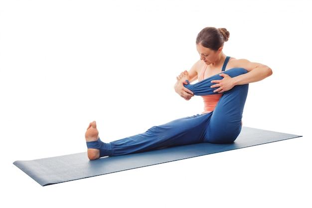 Frau, die yoga macht - baby-schaukelübung