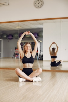 Frau, die yoga macht. sportlicher lebensstil. trainierter körper