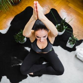 Frau, die yoga nahe anlagen tut