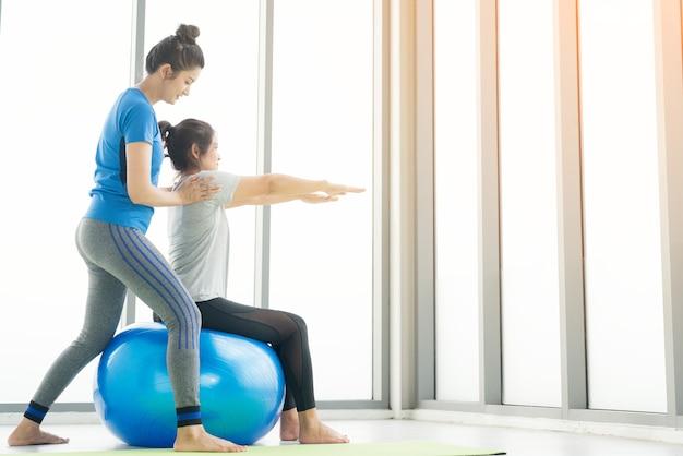 Frau, die yoga trainiert, sportbekleidung trägt, ruhe und entspannung, weibliches glück.