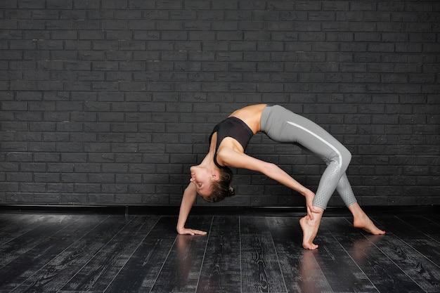 Frau, die yoga-übung macht und sich streckt. asana