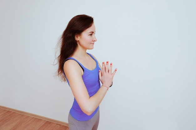 Frau, die yoga-übung macht und sich streckt.