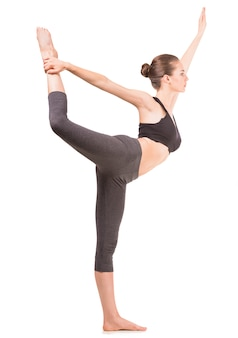 Frau, die yogaübung tut
