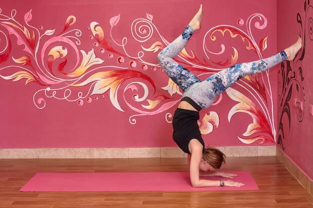 Frau, die yogaübungen tut