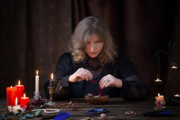 Frau, die zaubertrank aus getrockneten kräutern vorbereitet