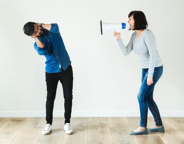 Frau, die zu einem mann durch megaphon schreit