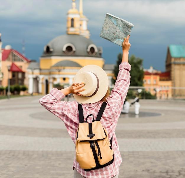 Frau, die zu einem neuen ort reist
