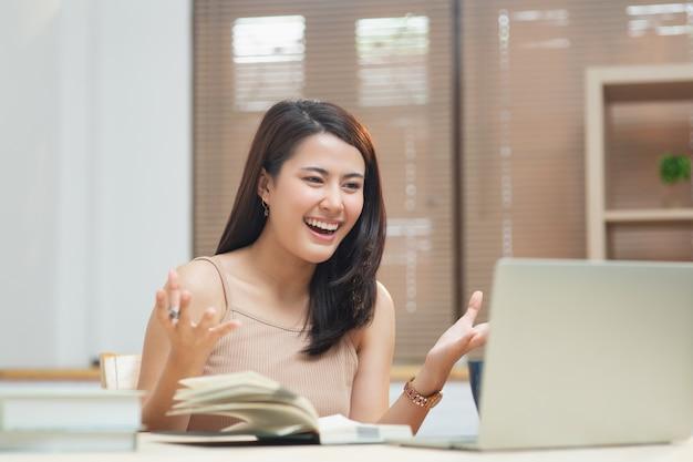 Frau, die zu hause am laptop arbeitet