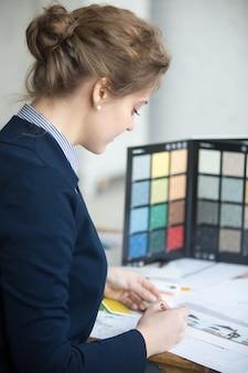 Frau, die zu hause designs