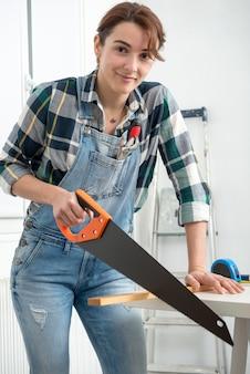Frau, die zu hause diy-arbeit erledigt