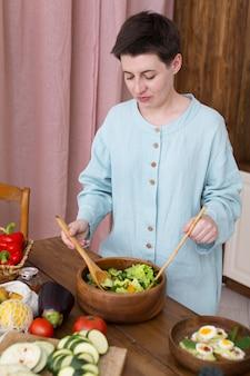 Frau, die zu hause etwas gesundes essen kocht