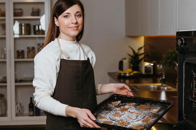Frau, die zu hause kekse backt