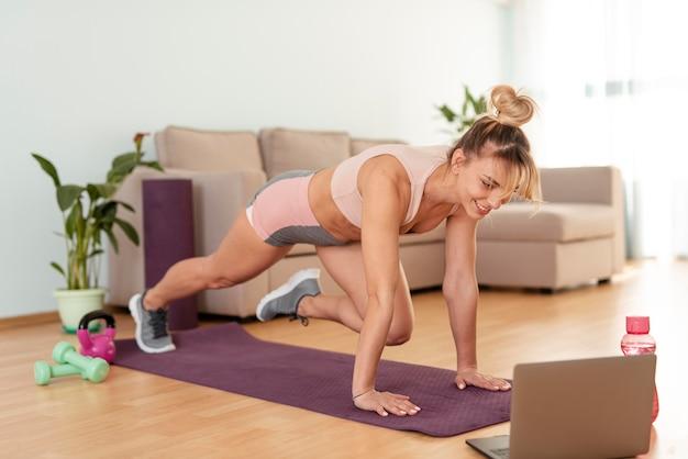 Frau, die zu hause sport treibt