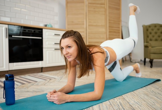 Frau, die zu hause trainiert