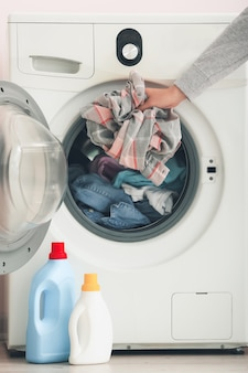 Frau, die zu hause wäsche wäscht