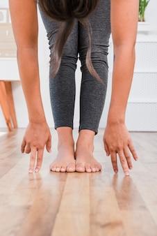 Frau, die zu hause yoga tut
