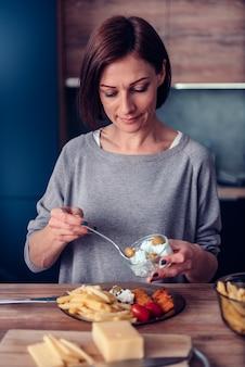 Frau, die zu hause zu mittag isst