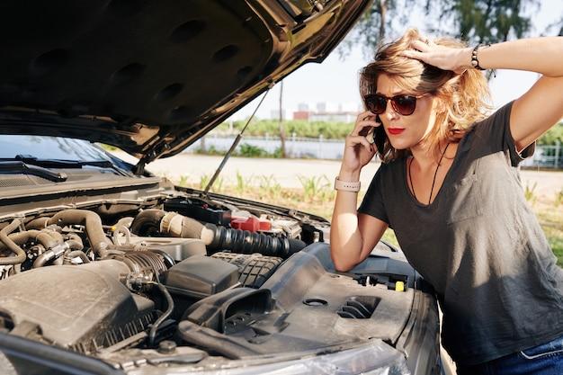 Frau, die zum autoservice anruft