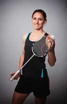 Frau, die zum badminton spielt