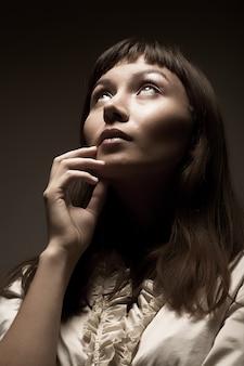 Frau, die zur zukunft, atelieraufnahme schaut