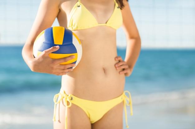 Frau dienen bei einem volleyballspiel