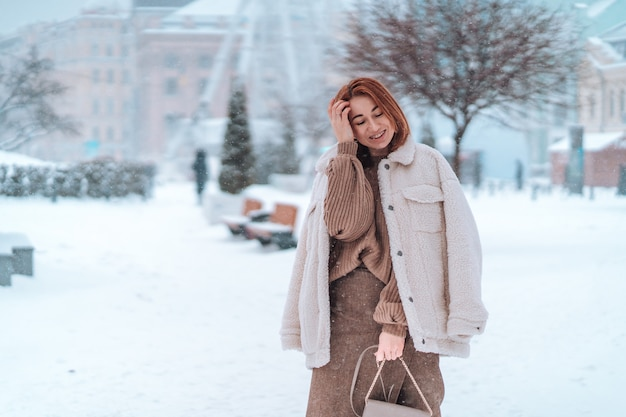 Frau draußen am schneekalten wintertag