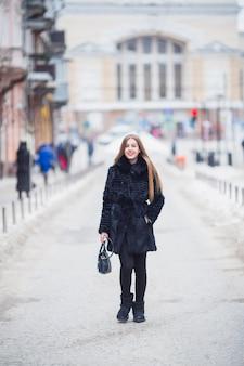 Frau draußen im winter