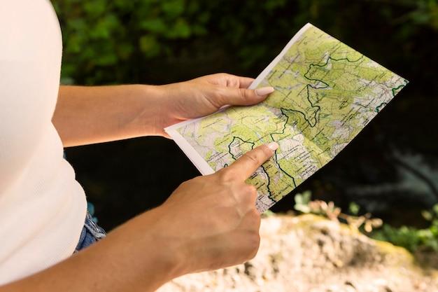 Frau draußen in der natur mit karte