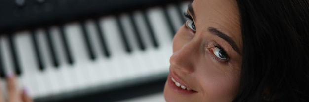 Frau dreht sich um, während sie e-piano spielt