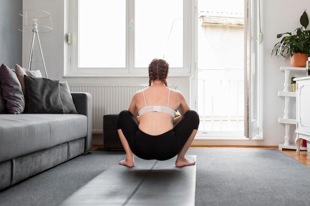 Frau drinnen sport zu hause konzept