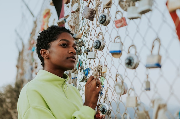 Frau durch einen zaun mit vorhängeschlössern in la