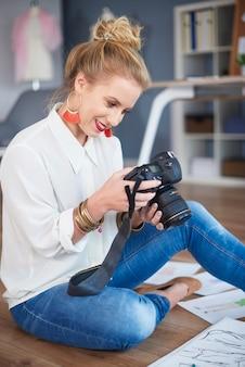 Frau durchsucht die richtigen bilder aus der sitzung