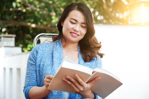 Frau, ein buch zu lesen