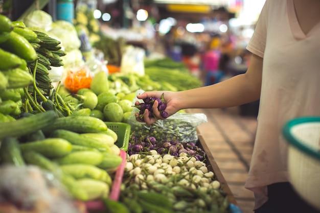 Frau einkaufen bio-gemüse und obst