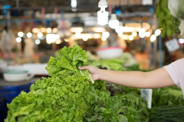 Frau einkaufen bio-gemüse
