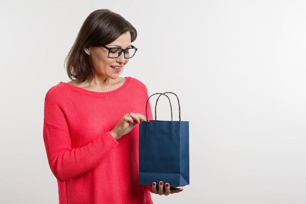 Frau einkaufstasche öffnen