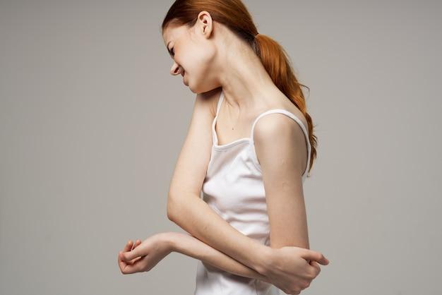 Frau ellenbogenschmerzen arthritis chronische krankheit isoliert hintergrund
