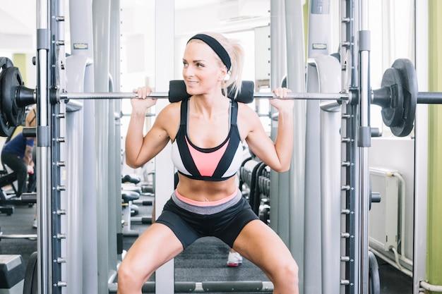 Frau engagiert sich am simulator im fitness-studio