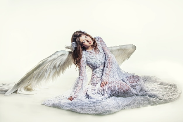 Frau engel mit weißen flügeln kostüm im religiösen sinne